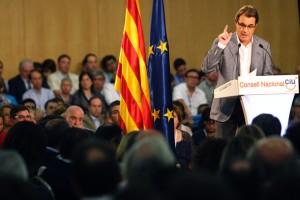 Mas con la bandera catalana y europea en el Consell Nacional