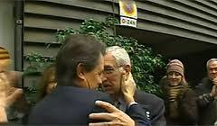Osàcar abraza a Osàcar su secretario personal (2000-2005) y tesorero de CDC, imputado por financiación ilegal del partido. El famoso 3 % que aireó el cobarde president Maragall.