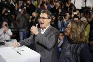 Mas burlánose del gobierno español y del Tribunal Constitucional el 9 de noviembre de 2014 ante la embelesada mirada de su esposa.