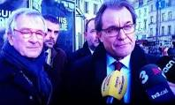 Mas, rodeado por 'líderes mundiales' como Trias, alcalde de Barcelona, es entrevistado por TV3 en la manifestación de París.