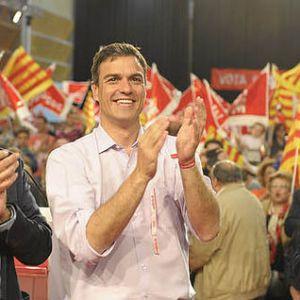 Sánchez rodeado banderolas del PSC y banderas catalanas.
