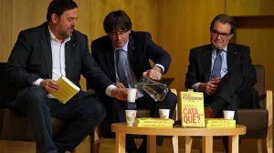 Junqueras y Mas arropando a Puigdemont en la reedición del libro Cata... qué? prologado ahora por Mas.