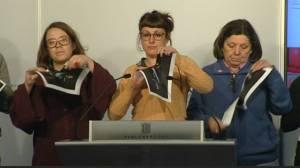 Diputados de la CUP rompiendo fotos del Rey en el Parlament de Cataluña.